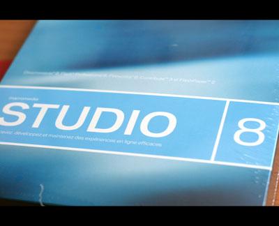 photo inutile donc indispensable de la boite de adobe macromedia studio 8