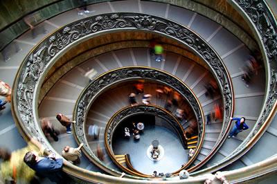 escalier aux musei vaticani de rome